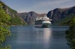 Kruiisilaev kitsas fjordis